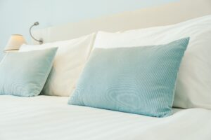Kissen Trend 2020 - Blog - Pillow on bed